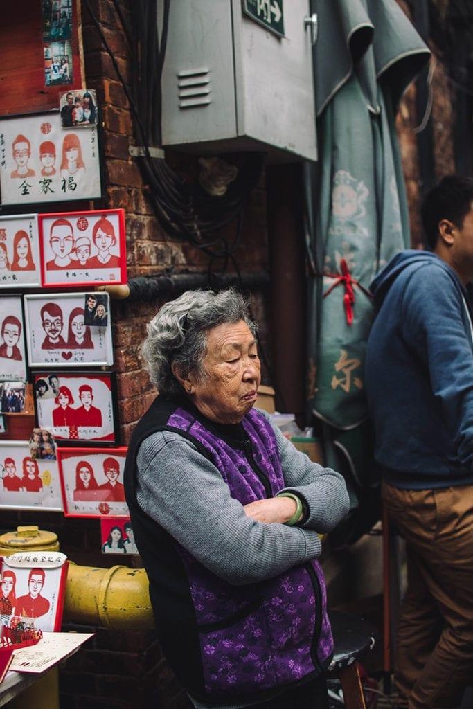 Chinese vrouw bij een kraampje