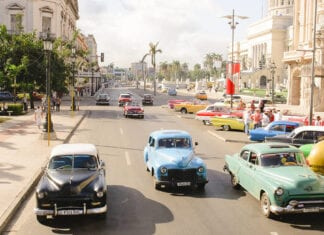 gekleurde autos op straat in cuba