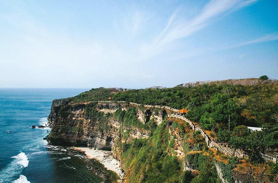 De mooi kustlijn met kliffen bij Uluwatu op Bali