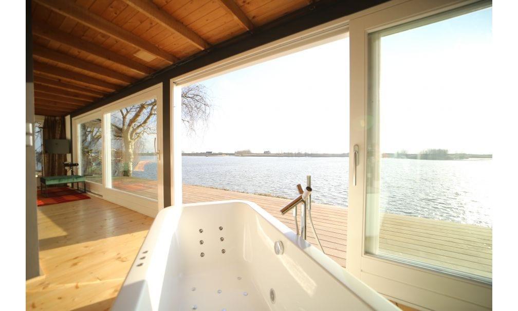 Genieten vanuit dit bad met een weids overzicht over het water