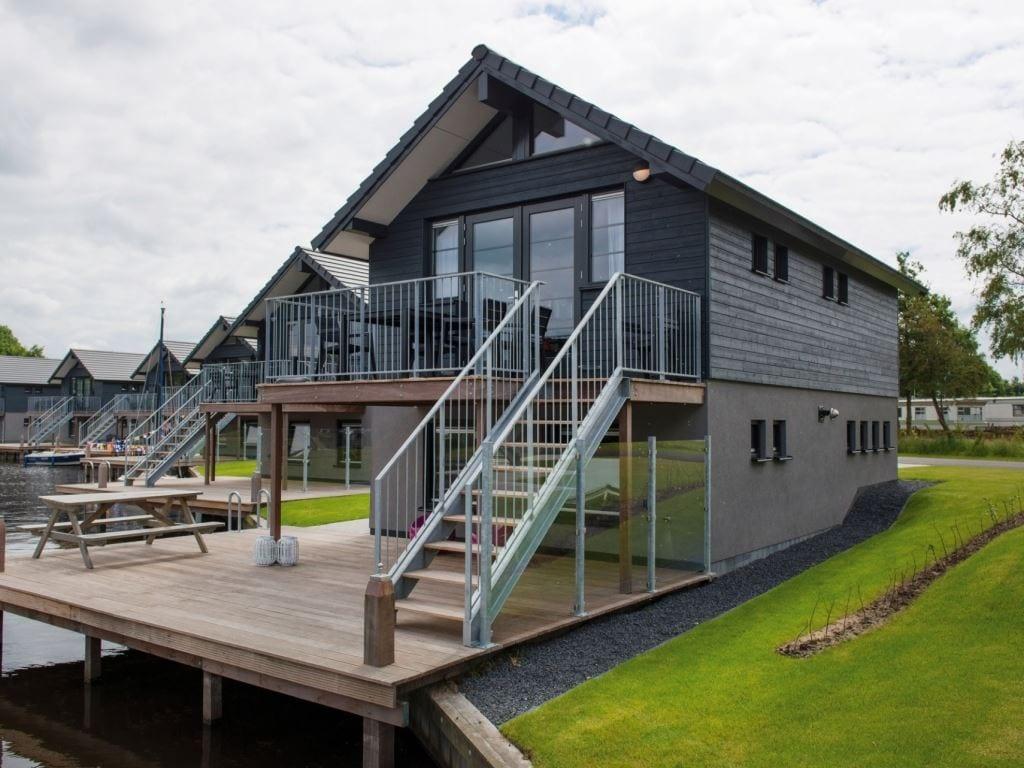 Aan het water genieten bij deze woning aan het Sneekermeer