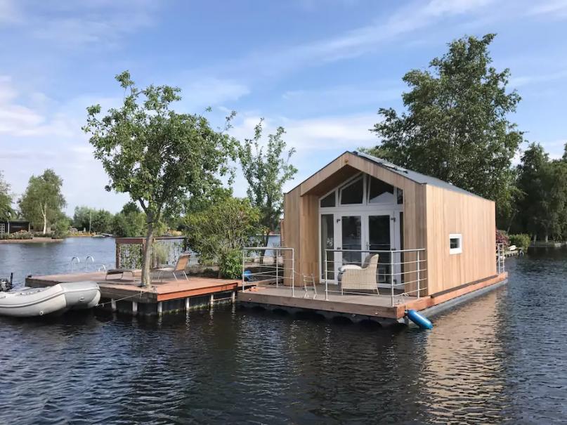 vakantie in Nederland in een Tiny house op het water bij Vinkeveen