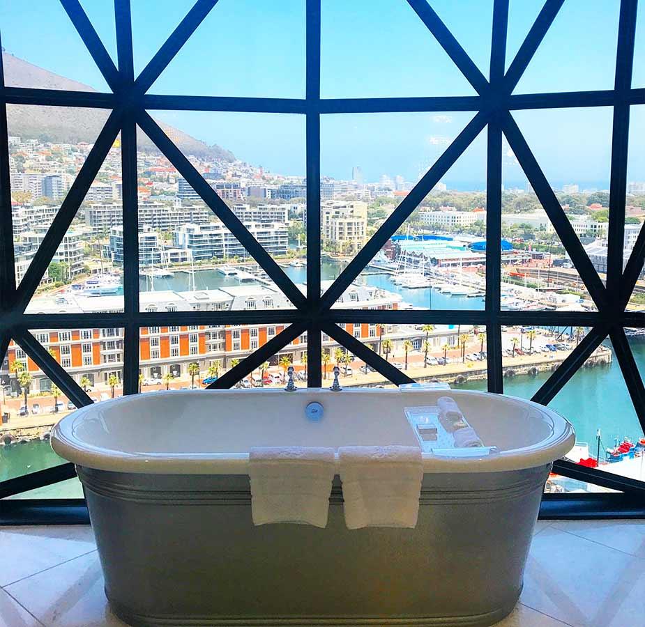 Bad bij raam in kamer van Hotel The Silo in Kaapstad