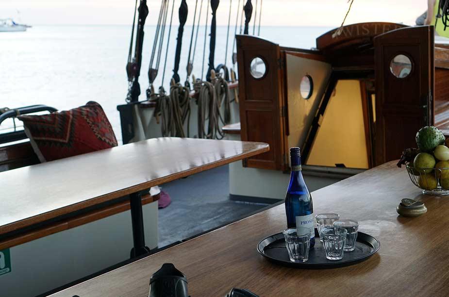 Tijdens de zeiltrip langs de Nederlandse kust kun je aan boord lekker borrelen