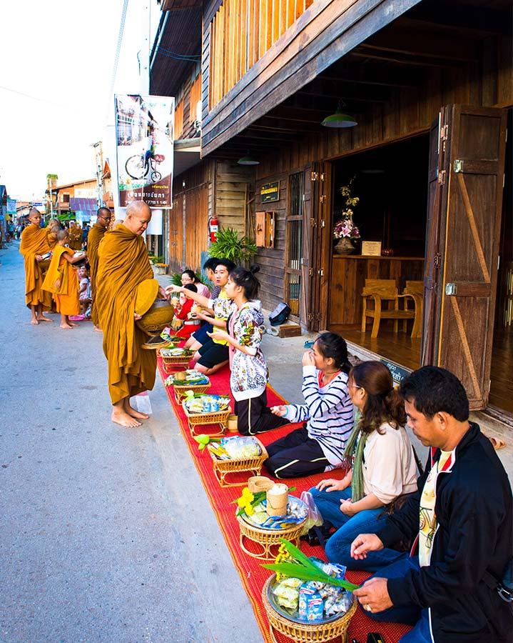 Het straatbeeld in Loei is leuk om te zien tijdens je reis naar Thailand. De Thai geven voedsel aan de monniken op straat in Chiang Khan