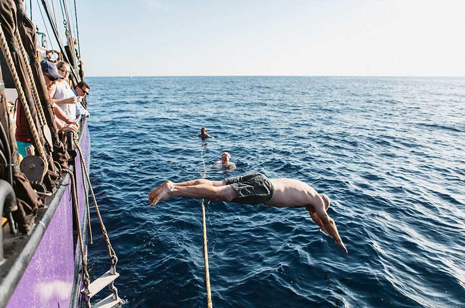 Tijdens zeiltrip langs de Nederlandse kust kun je ook lekker zwemmen In de zee en duiken vanaf het schip
