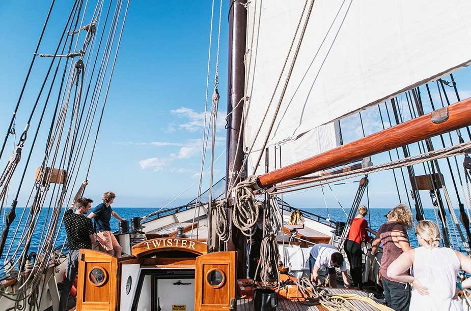 Gezelligheid aan boord en genieten van de zee
