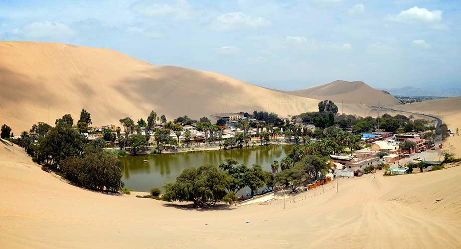 De oase Huacachina in de woestijn  i