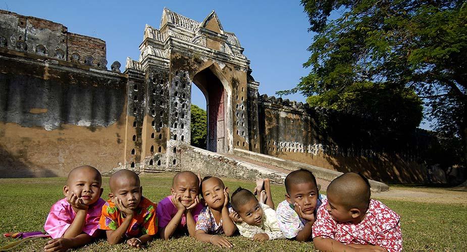 Kinderen voor het paleis van King Narai in Lopburi