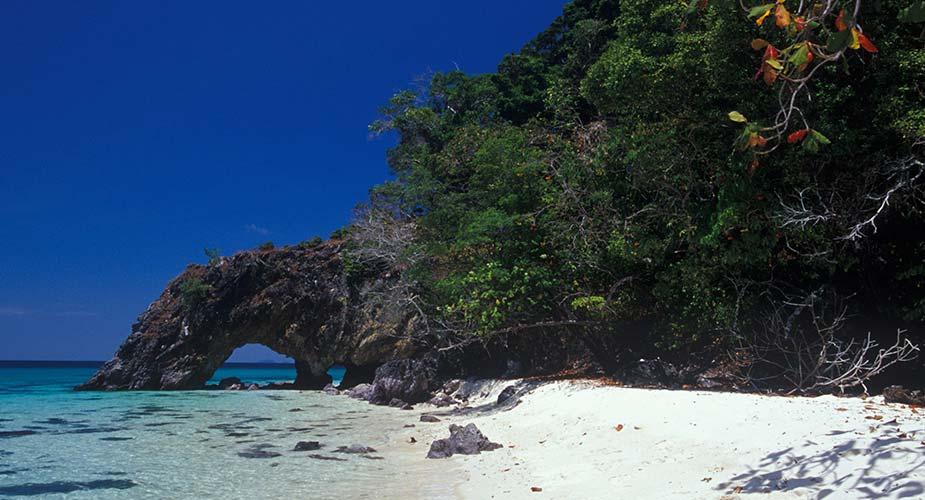 Rotsformatie op een strand van Ko Khai
