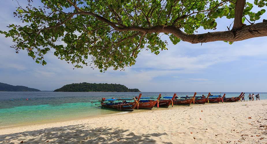 Traditionele bootjes op het strand op Ko Rawi