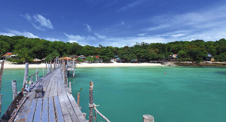 Strand en pier van het eiland Koh Samed