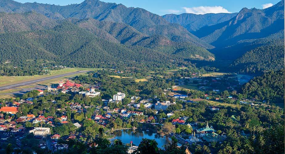 De plaats Mae Hong Son gelegen tussen de bergen in Thialand