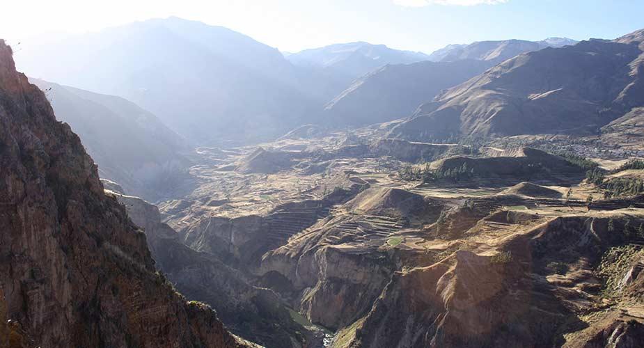 De grote Colca Canyon, een van de bezienswaardigheden in Peru