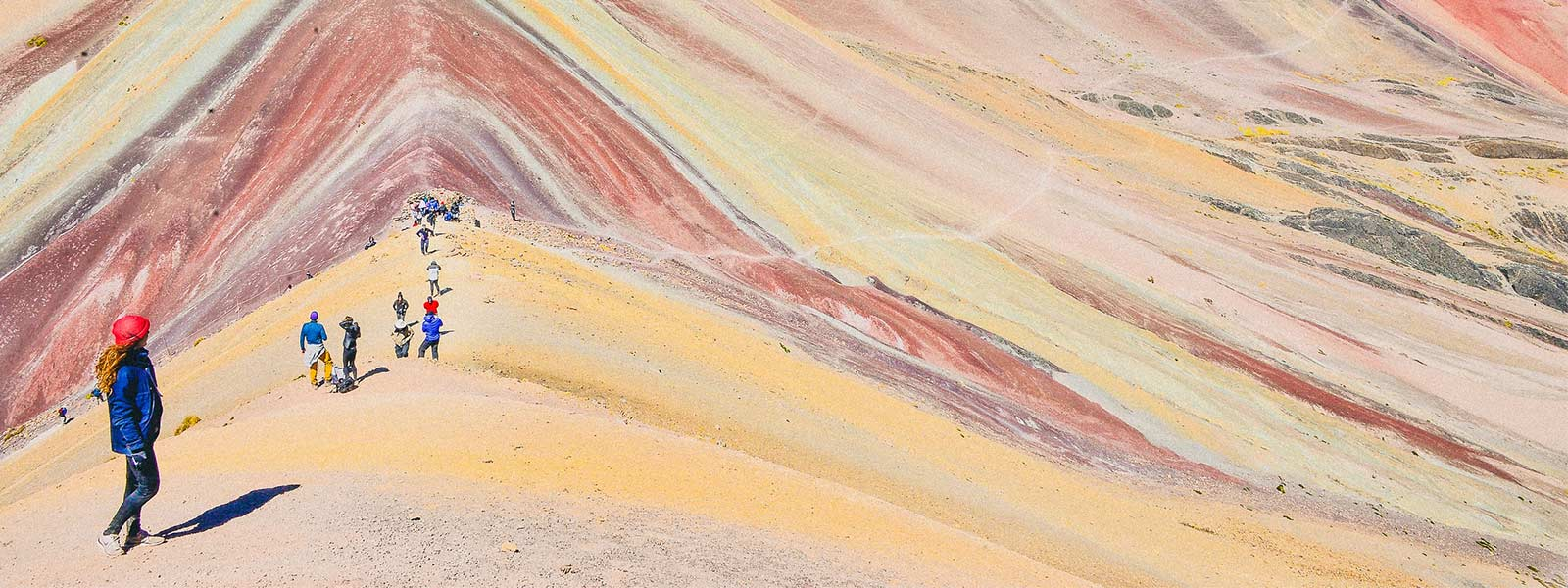 De prachtige kleuren van de regenboog berg in Peru