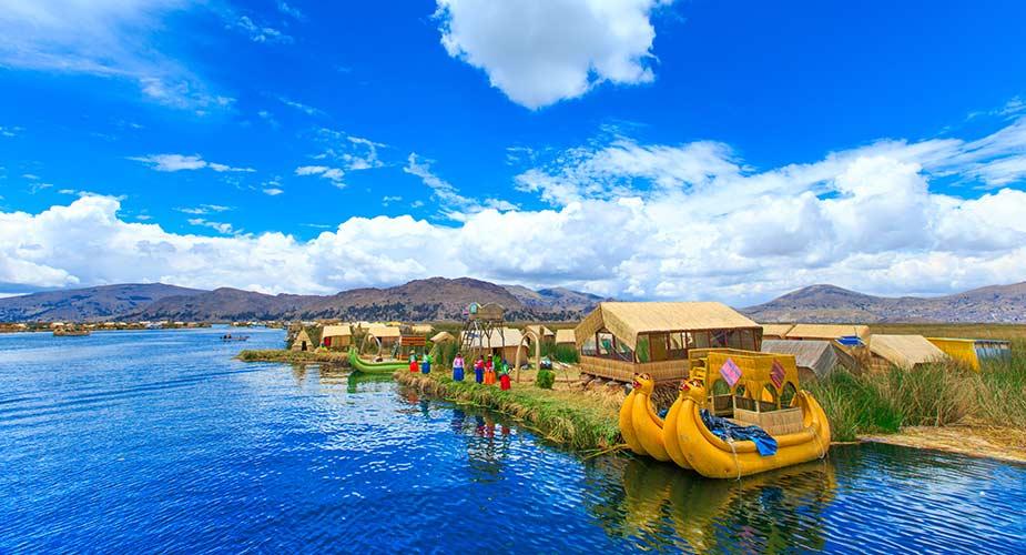 Traditionele bootjes op het Titicacameer, een van de bezienswaardigheden van Peru