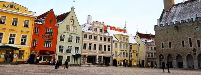 Grote plein in Tallinn met gekleurde huizen