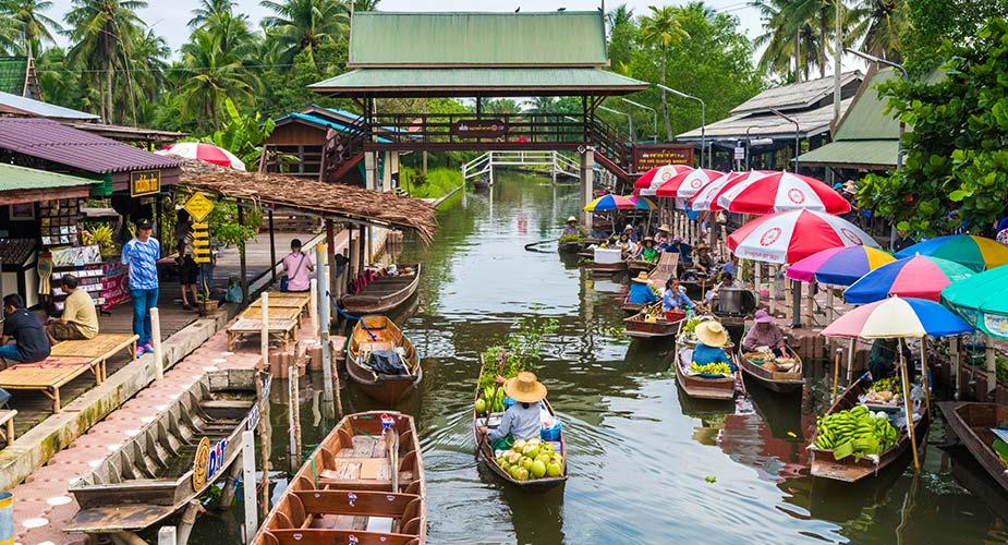 De drijvende markt bij Samut Songkhram met bootjes met handelswaar
