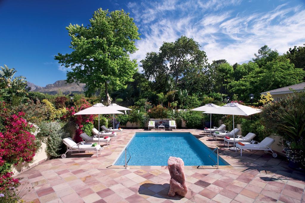 Tuin met zwembad van The Last World Hotel in Constantia