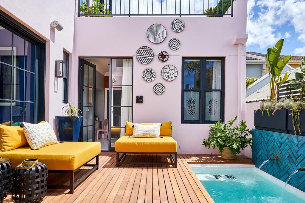 Een van de leukste hotels in Kaaps, Hotel The Pineapple met dit schattige terras met zwembadje