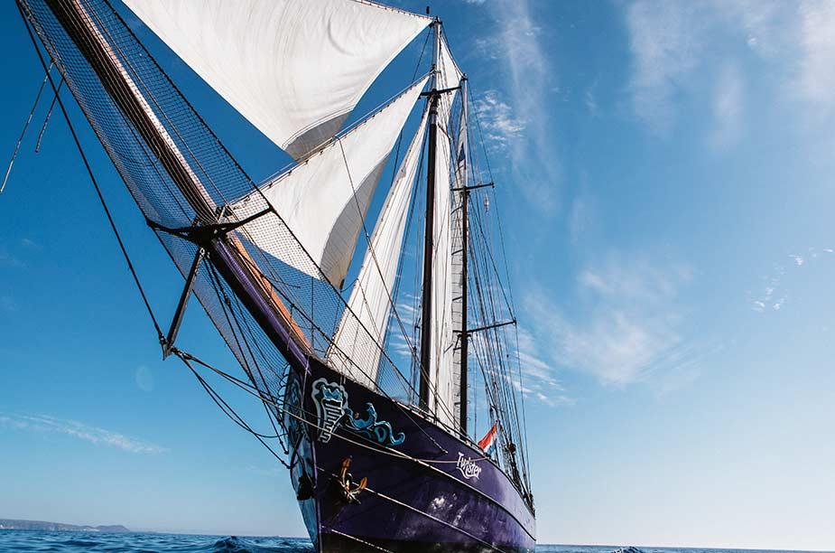 De voorkant van het zeilschip Twister