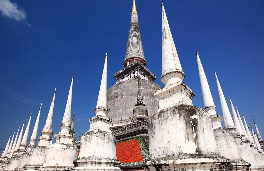 De diverse pieken van de Wat-Phra-Mahathat-in-Nakhon-Si-Thammarat