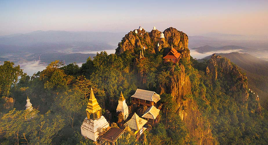 De Wat-Phutthabat-Sutthawat-tempel in de bergen bij Lampang