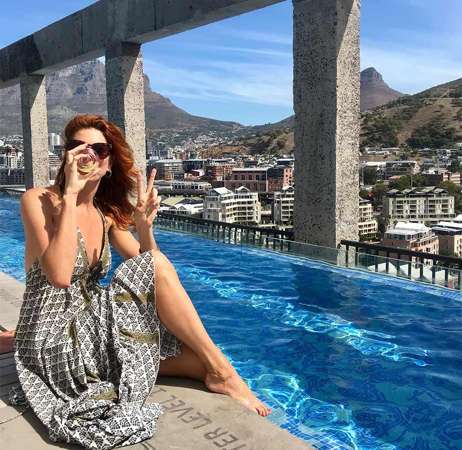 Yvette op rand zwembad van hotel The Silo in Kaapstad