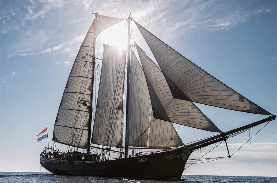 De zeiltrip langs de Nederlandse kust leg je af met deze boot, de Twister