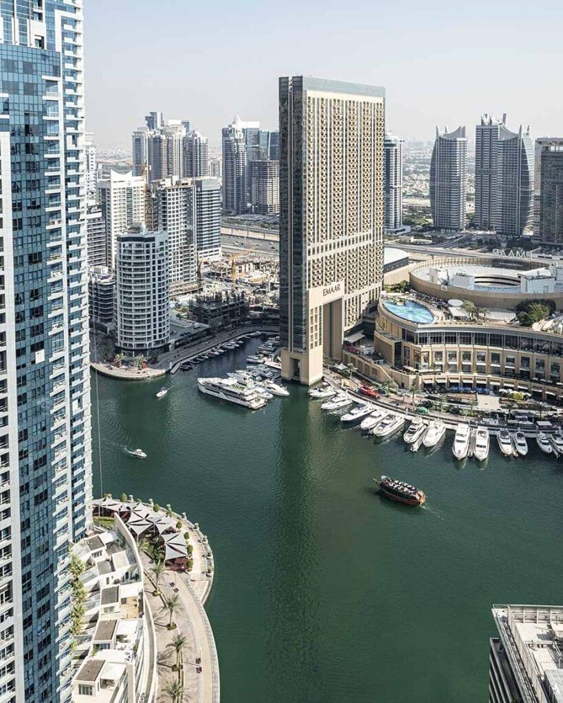hoge gebouwen en boten in dubai
