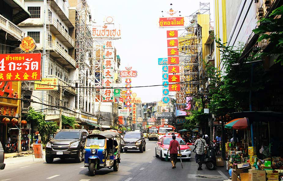 Straatbeeld in Chinatown in Bangkok