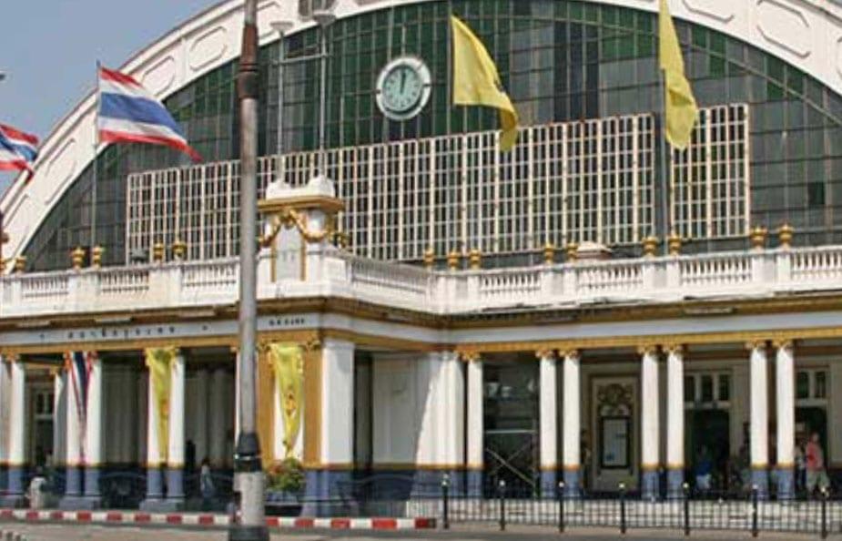 Buitenaanzicht van het treinstation in Bangkok