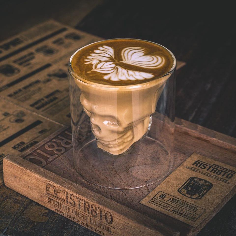Koffie in een bijzonder glas bij Risttr8to Chiang Mai