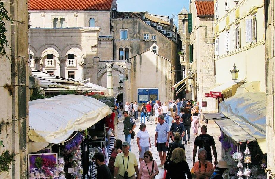 Mensen in historisch centrum Split