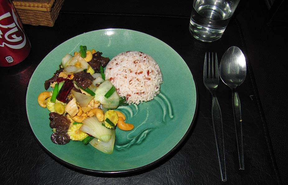 Zelf gekookte en gewokte maaltijd tijdens de kookcursus in Chiang Mai.