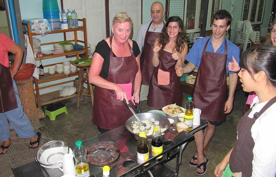 Chiang Mai tips, ga een kookcursus doen net als Brigit op deze foto