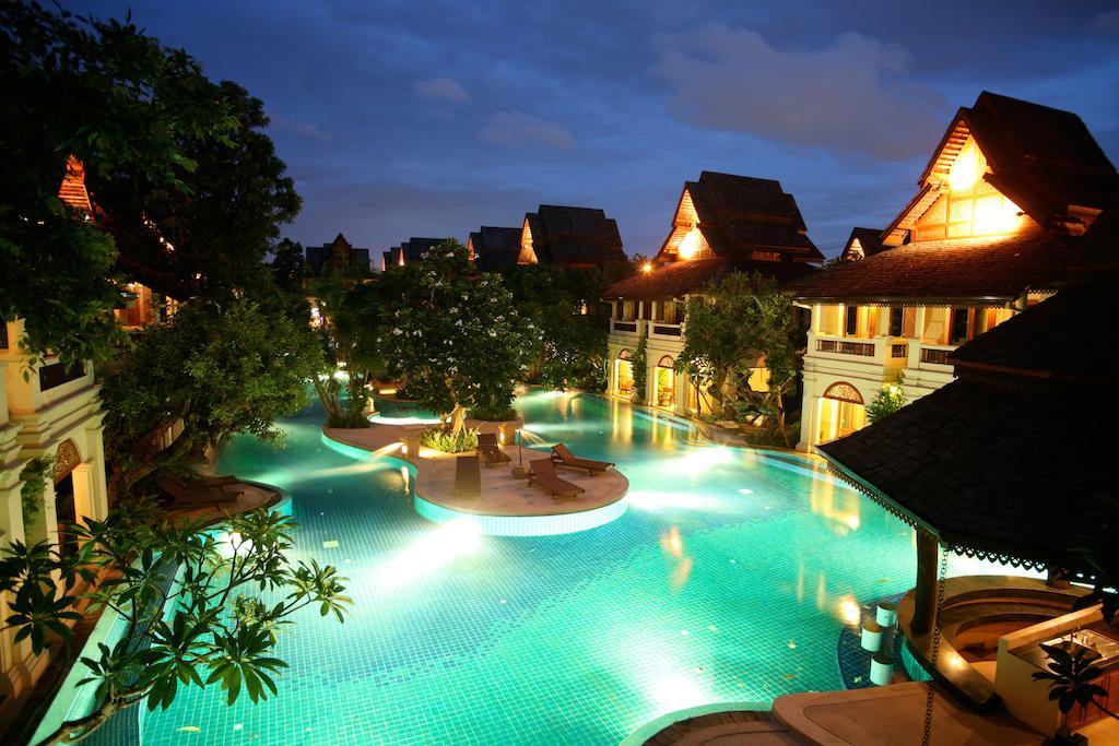 Het zwembad van Khum Paya Resort verlicht in de avond