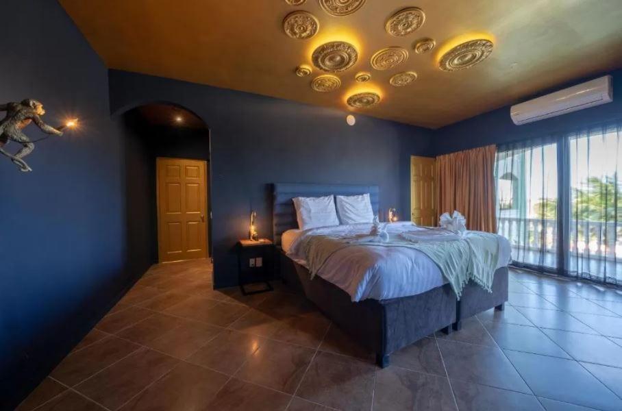 Interieur van een slaapkamer in The Ambassador op Curacao