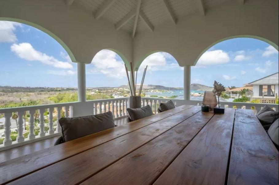 Uitzicht vanaf het terras van villa Ambassador op Curacao