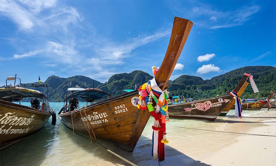 Typische Thaise bootjes op het strand bij Koh Phi Phi, een van de 3 mooie eilanden in Thailand