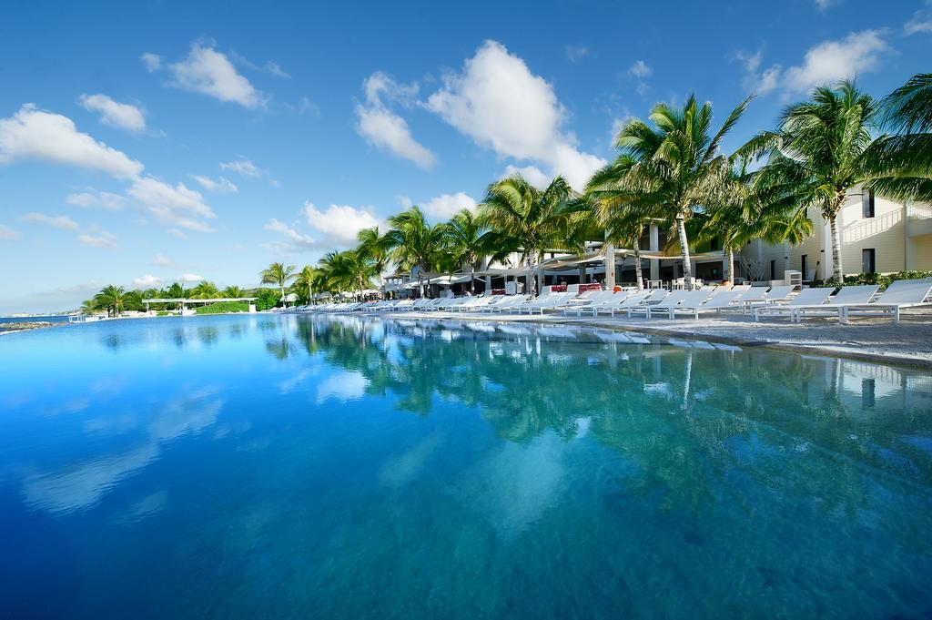 Zwembad van het Papagayo Beach Hotel op Curacao