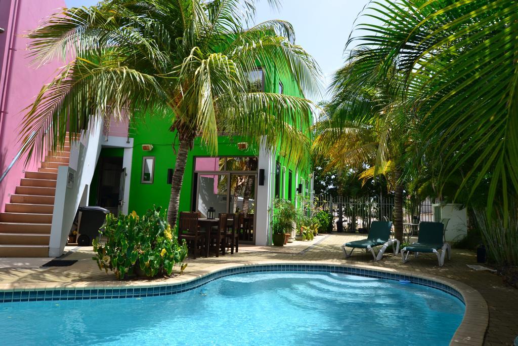 Tuin met zwembad van Quints Travelers Inn op Curacao