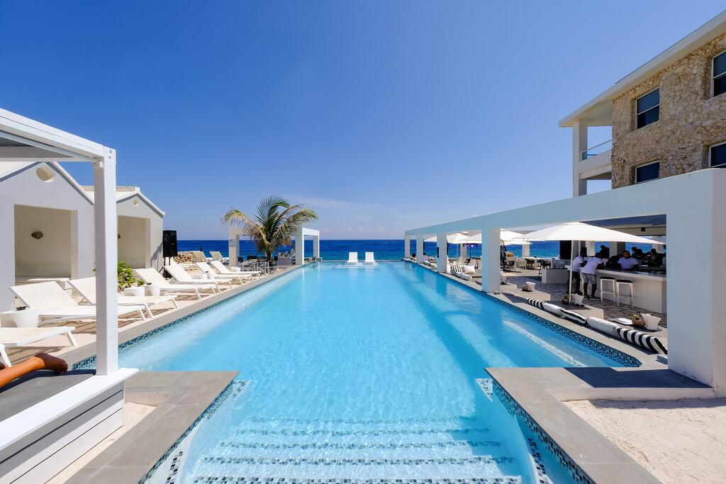 Zwembad van hotel Saint Tropez Curacao