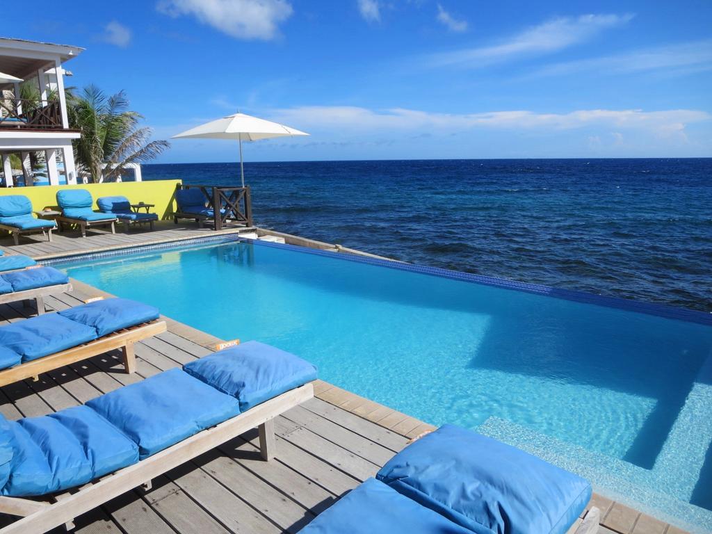 Zwembad van Scuba Lodge direct aan zee