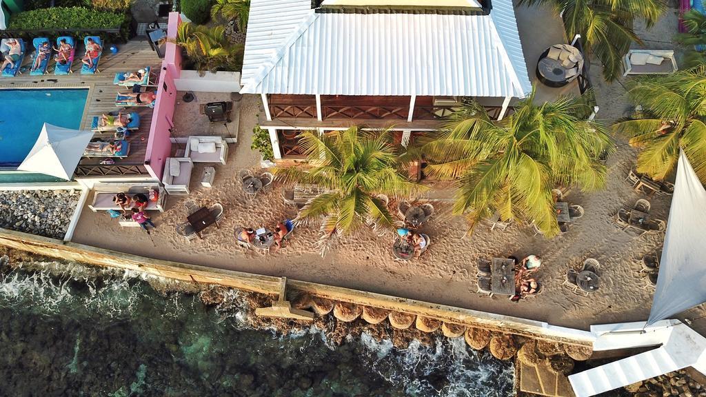 Strandje bij Scuba Lodge & Suites