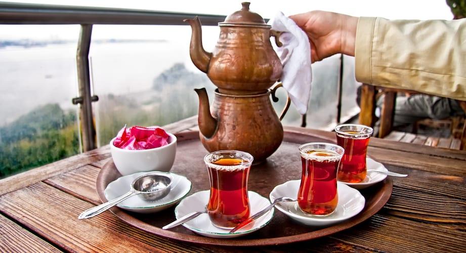 Traditionele Turkse thee geschonken uit een koperen theepot