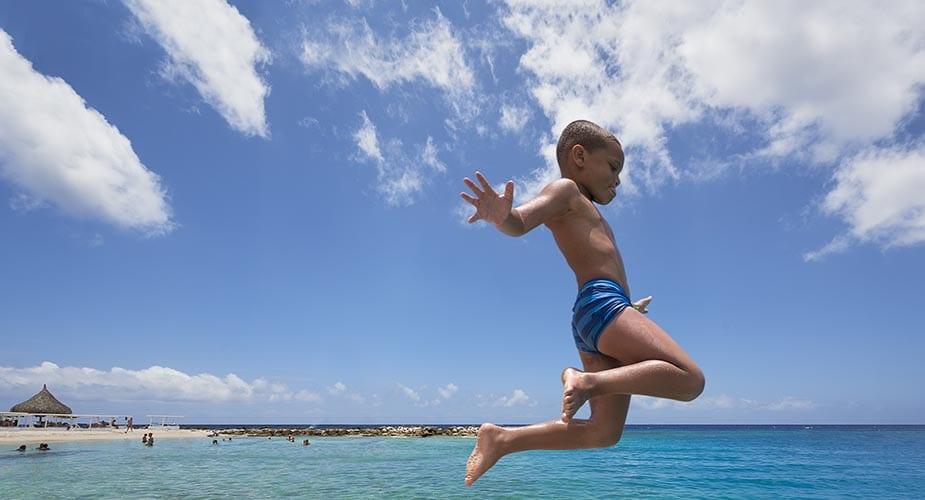 Curaçao met kinderen water