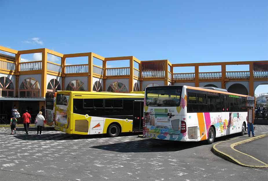 Bussen bij een busstation op La Réunion