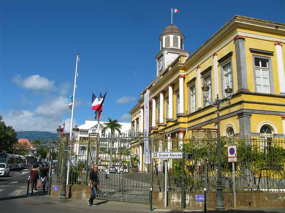 Het voormalige stadshuis Hotel de Ville in Saint Denis