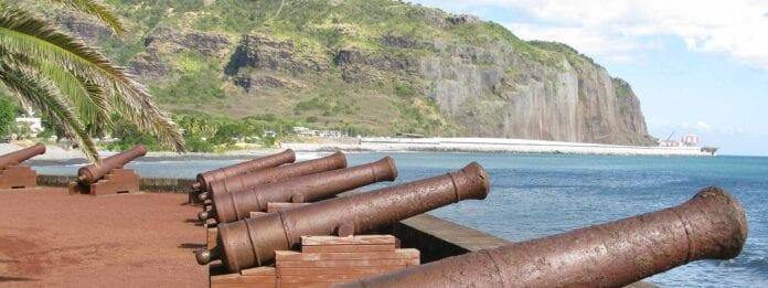 Oude kanonnen aan de kustlijn in La Réunion